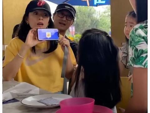 汪峰晒妻女可爱互动,喂妻吃饭却遭拒,一家子太甜蜜!