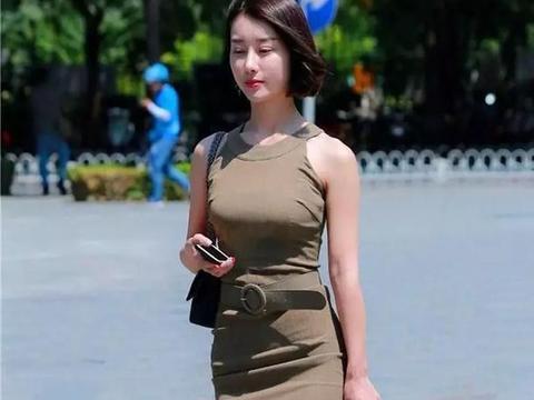 美女一件蓝色的连衣裙,无袖的设计展示出夏日的清爽气息