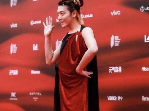 姜思达好刚!辣眼红毯造型被嘲陈志朋2.0,发文不觉抱歉自己很美