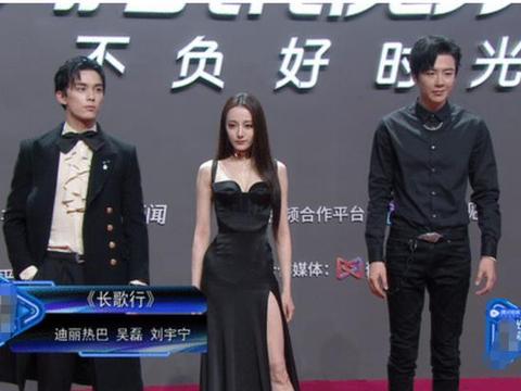 迪丽热巴红毯上比耶,谁注意吴磊看她的眼神,粉丝:又磕到了