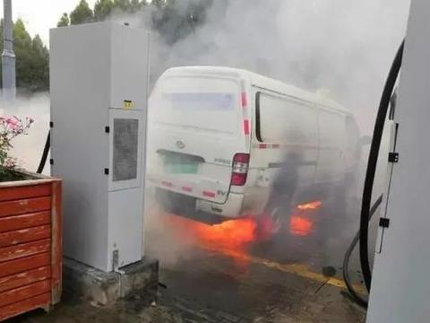 """一周3次自燃起火,新能源汽车安全问题是否要""""紧一紧""""了?"""