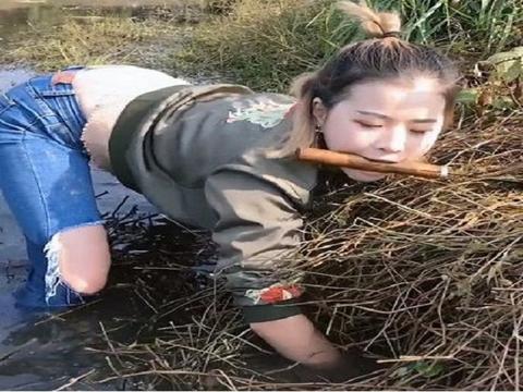 小姐姐河里抓鱼,见草丛有动静就伸手去抓,悲剧了
