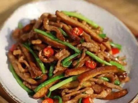 尖椒豆干炒腊里脊,红烧豆泡,莴笋炒瘦肉,炸酱面的做法