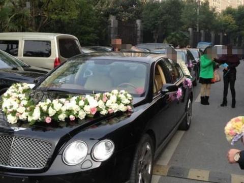 婚车后跟着一辆凯迪拉克,车上横幅让新郎难做人,新娘可真大度!