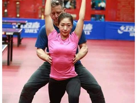 刘诗雯现役女乒一姐,紧身衣肚子圆润抢镜,圆滚滚的肚子太搞笑!