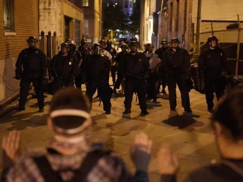 """特朗普逆天而行,继续派出联邦部队,激烈镇压波特兰市""""起义军"""""""