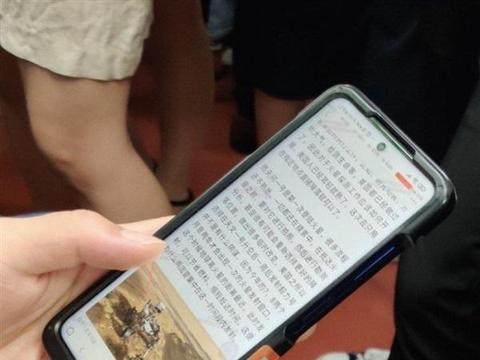 机情烩:疑似Redmi K40系列曝光,居中挖孔+侧边指纹