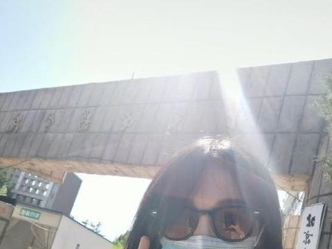 郑爽时隔13年重回母校 晒与北京电影学院校门合影开心比耶