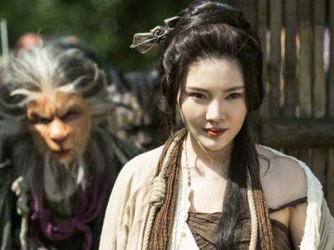 徐冬冬裸肩版铁扇公主引争议,如何看待影视剧对历史人物的改编?