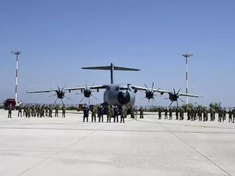 土耳其大军突然杀向阿塞拜疆:大批武直飞达,大批坦克步战越境