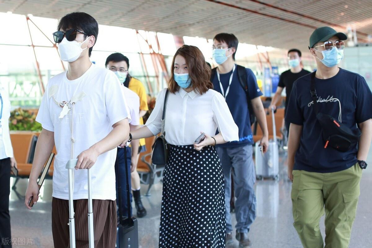 《德云社》孟鹤堂、周九良现身机场,两人黑白搭配上演黑白配