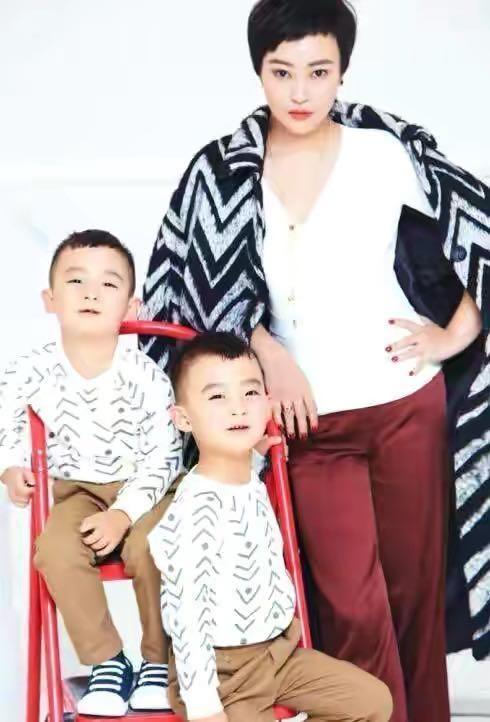 郝蕾带双胞胎儿子外出吃饭,变超人同时喂俩儿子,儿子长得不像妈