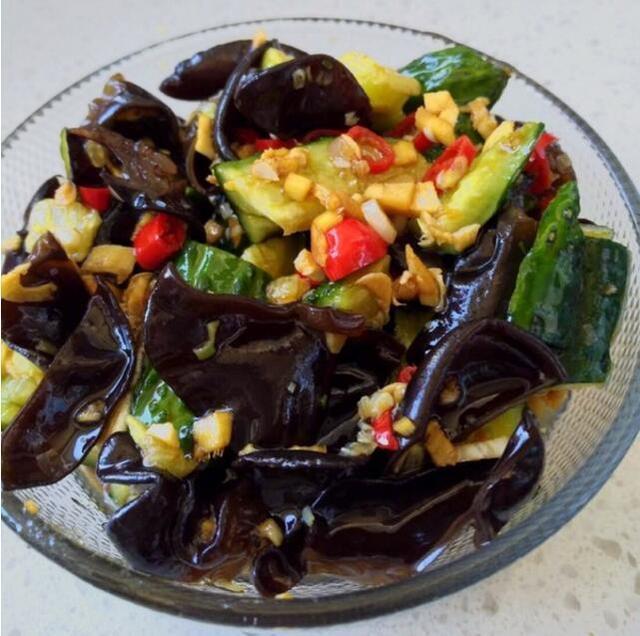 美食推荐:黑木耳凉拌黄瓜、番茄肉末烧茄子、土豆胡萝卜炖牛肉