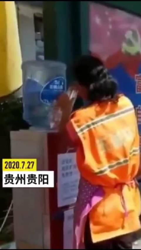贵阳一旧货市场老板将饮水机摆到公交站……