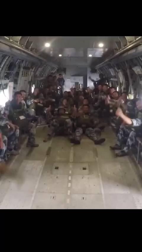 场面壮观!8月上旬,空降兵近千名人次全副武装水上实跳训练……