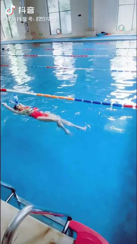 这温江范儿是个高手,顶着瓶子游仰泳,你做的的到吗……