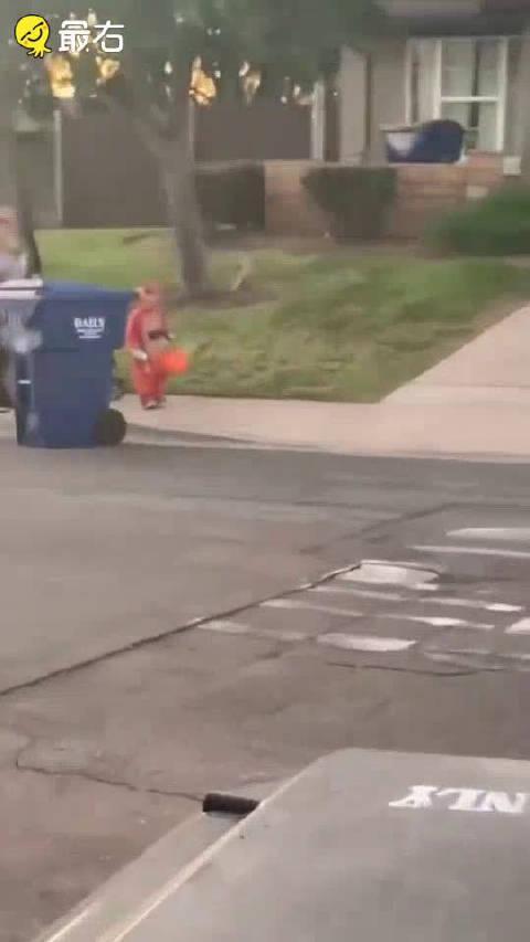 小朋友被万圣节小丑瞬间吓怂