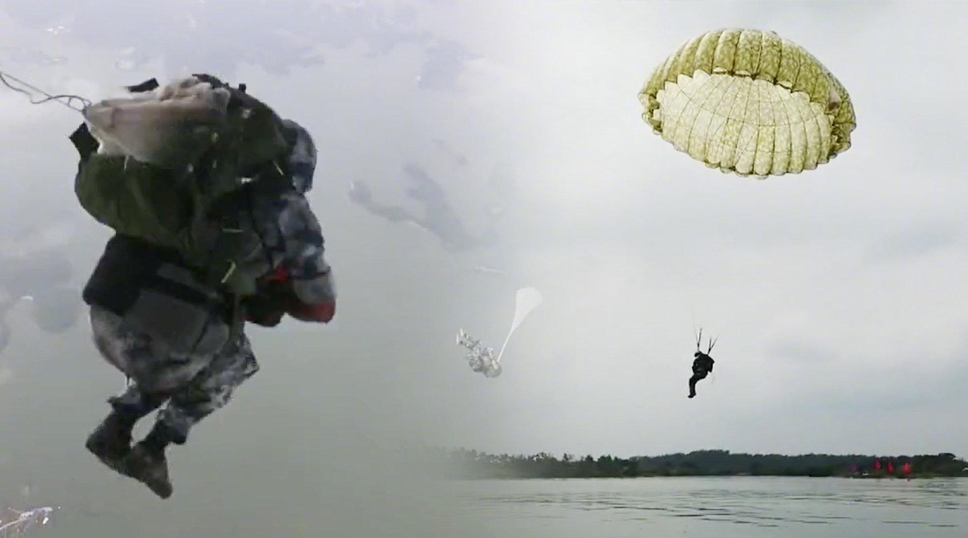 空降兵水上跳伞 劈波斩浪