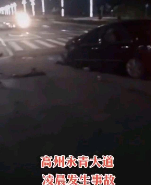 突发!高州一辆货车和小车相撞,货车侧翻在路中,司机被困……