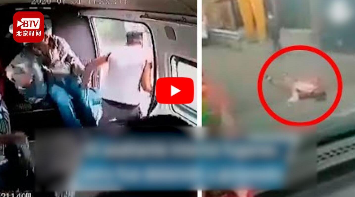 墨西哥男子公交车上抢劫反被乘客暴打扒掉衣服网友点赞乘客:没