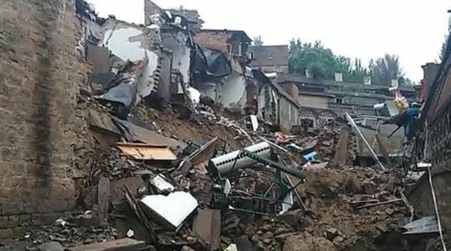 疑因暴雨 导致 榆林绥德居民院落凌晨发生坍塌 有汽车陷入坑中