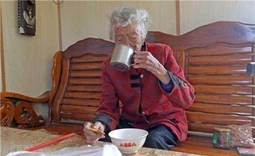 女儿嫌奶奶总蹭饭,妈妈的回答让婆婆感动不已,网友:中国好儿媳