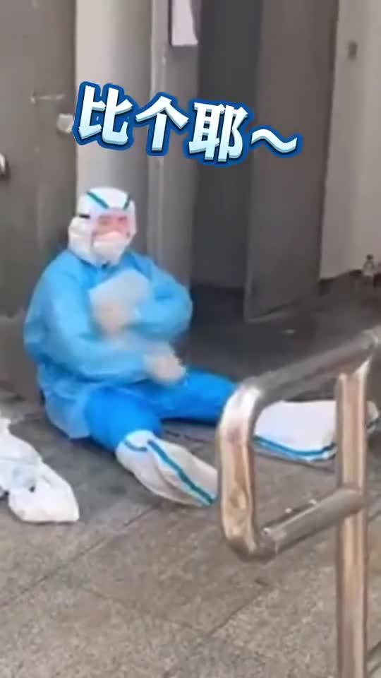 防疫人员抱着冰块降温 致敬高温战疫中的卫士!