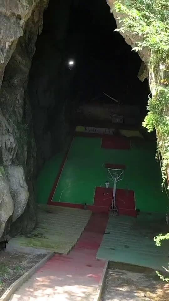 贵州农村发现一山洞,村民居然自筹20多万在洞中建篮球场……