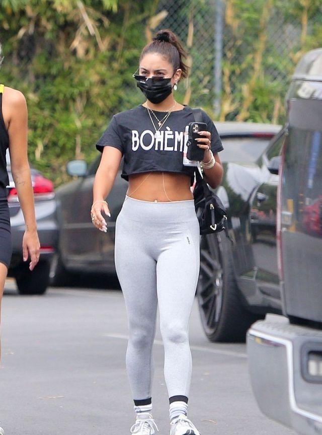 """凡妮莎·哈金斯穿灰色健美裤秀腹肌,1.55米也能穿出""""完美曲线"""""""