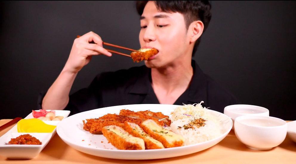 吃厚切芝士炸猪排饭和爽口泡菜。:AjeoC