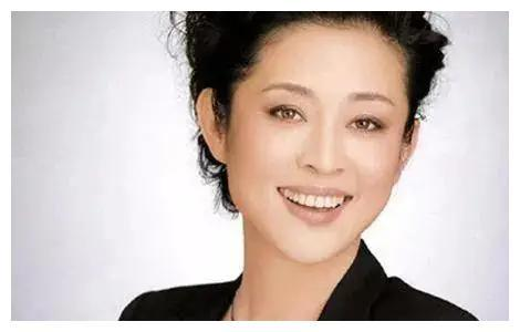 52岁的周涛:与倪萍心结已散,被百亿富豪专宠,人漂亮活得更漂亮