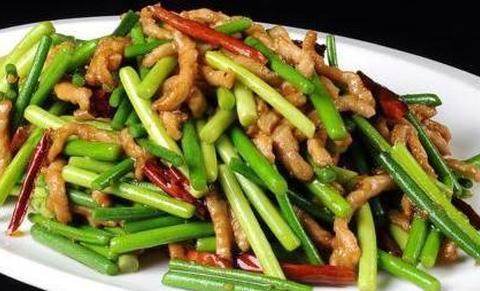 蒜苔炒肉不要直接下锅炒,多加一步,蒜苔更鲜嫩,肉也更好吃