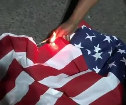 美丽奸波特兰抗议活动仍在继续,抗议者焚烧圣经和美丽奸国旗