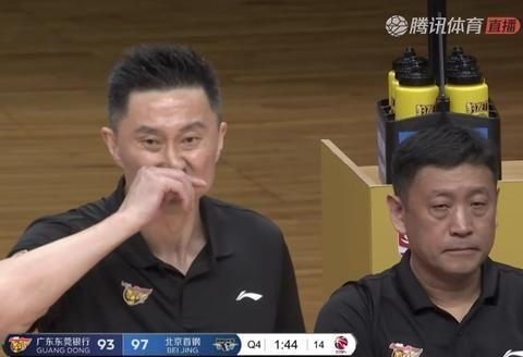 杜锋指导的一次技犯唤醒了球员,也浇灭了裁判的哨声