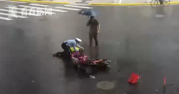 台风天骑车老人被撞无法动弹 辅警上前一步脱下雨衣……