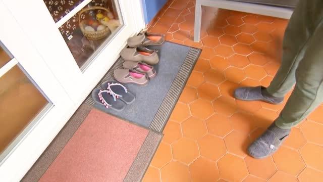 """""""走近科学""""之《神秘的偷鞋贼》:狐狸为摄取盐分偷鞋上百只"""