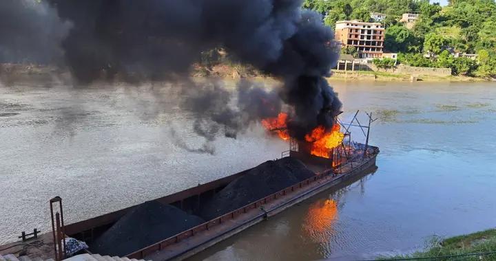 码头货船突发大火,赤水消防紧急救援