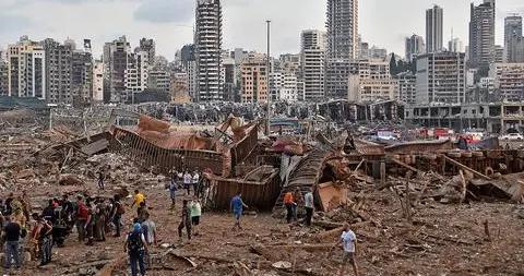 黎巴嫩爆炸现场:汽车被炸上3层楼屋顶 火势阻碍救援