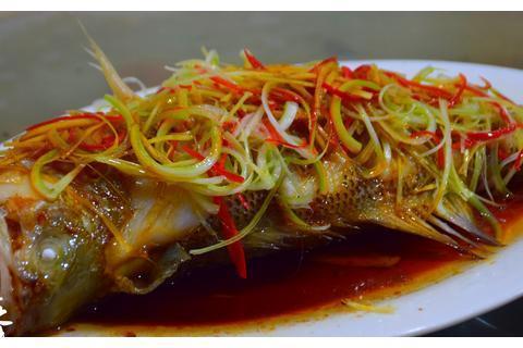 清蒸鲈鱼最好吃的家庭做法,鱼肉嫩滑没腥味,看看你喜欢吃不?