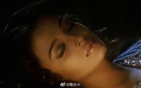 沙鲁克汗偷看艾西瓦娅雷的睡姿 PS:全程看脸就够了