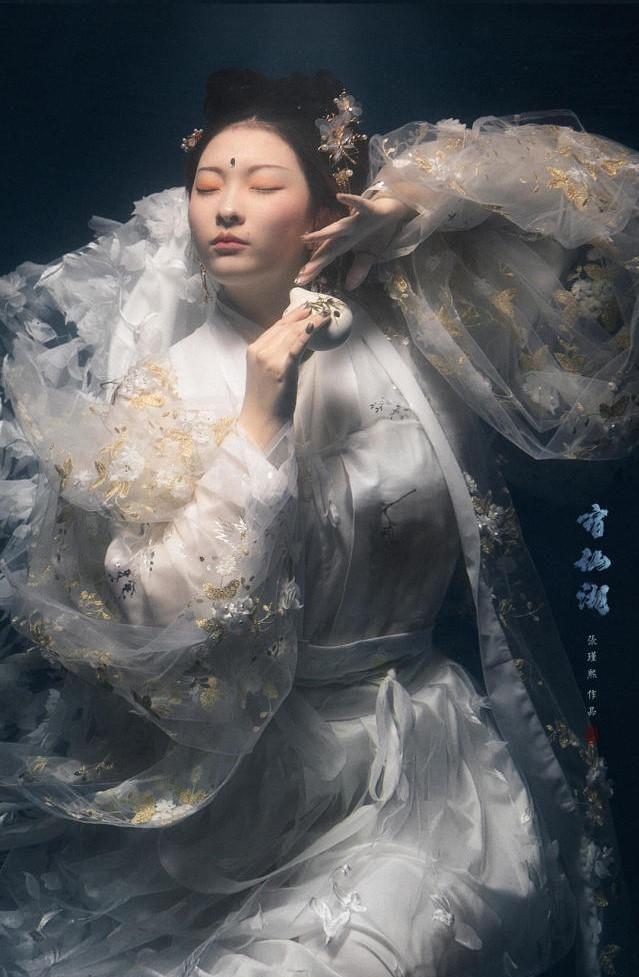 摄影师还原海神之女,似在水下翩然起舞