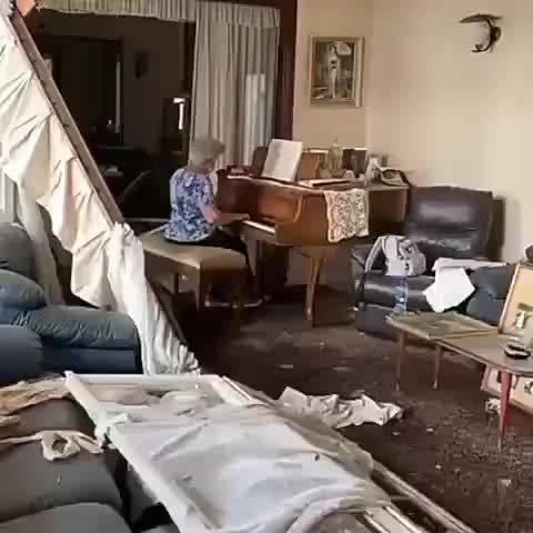 黎巴嫩奶奶在破損房間中彈鋼琴...記者:這所城市還沒有放棄!