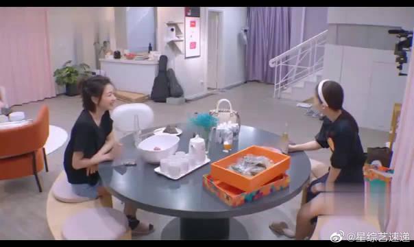 袁咏琳竟然不会吃咸鸭蛋? 还好有金晨在~