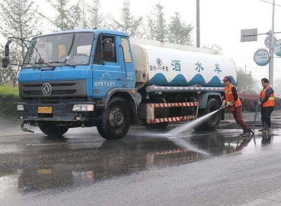 为何雨天洒水车还继续工作,到底有啥用?难道不是在浪费水资源?