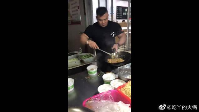 厨子界的健身大神,这颠锅的姿势,得有三年的功底!