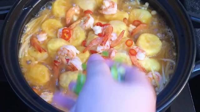 巨下饭的金针菇日本豆腐煲。做法简单,味道浓鲜入味,香!