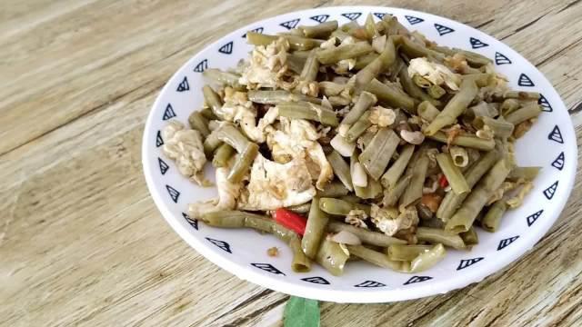 自己腌制的酸豇豆,配上土鸡蛋一炒,好吃又下饭,比吃肉都香