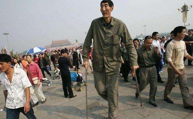 中国第一巨人鲍喜顺:不听医生忠告执意生下孩子,儿子现状如何?