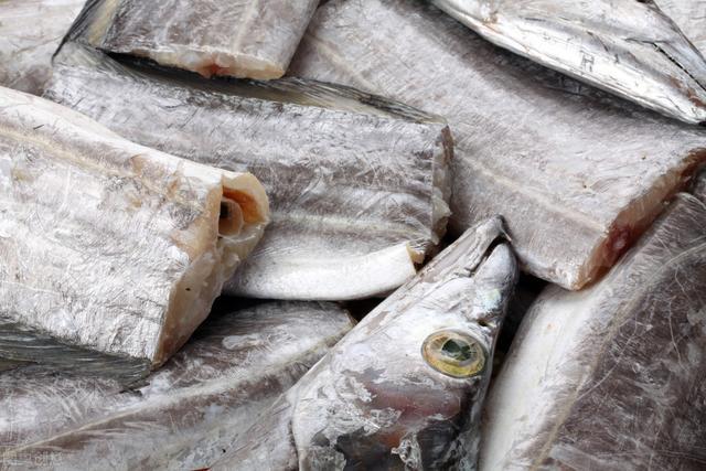 买带鱼时,要记住4买4不买,挑的带鱼鲜嫩又美味,不会被忽悠