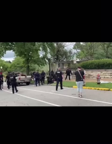 发生在密苏里州杰斐逊市的警察禁止在马路上阻碍交通式的抗议……